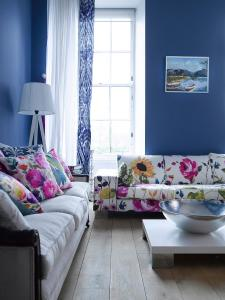 CI-Fiona-Douglas-Ikat_drapes-living-room_s3x4.jpg.rend.hgtvcom.1280.1707