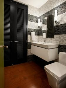 Urban-Oasis-2011-Foyer_02-Powder-Room-Wide_s3x4.jpg.rend.hgtvcom.1280.1707
